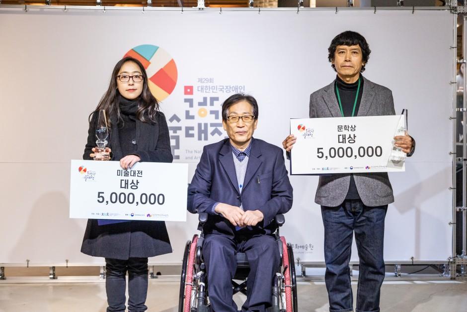 상금을 수여받은 참가자의 사진