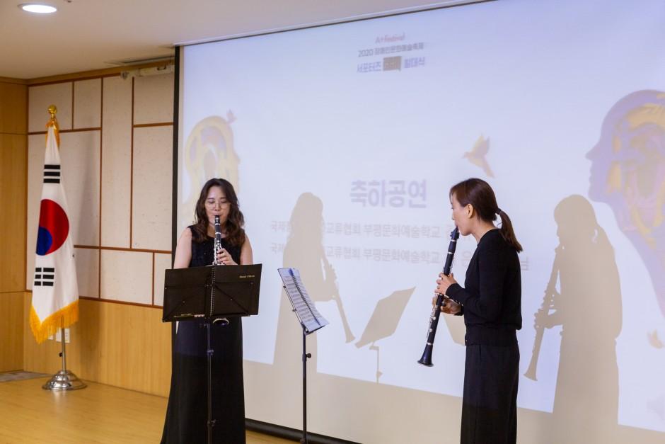 축하공연으로 두 여성이 클라리넷으로 연주하는 모습