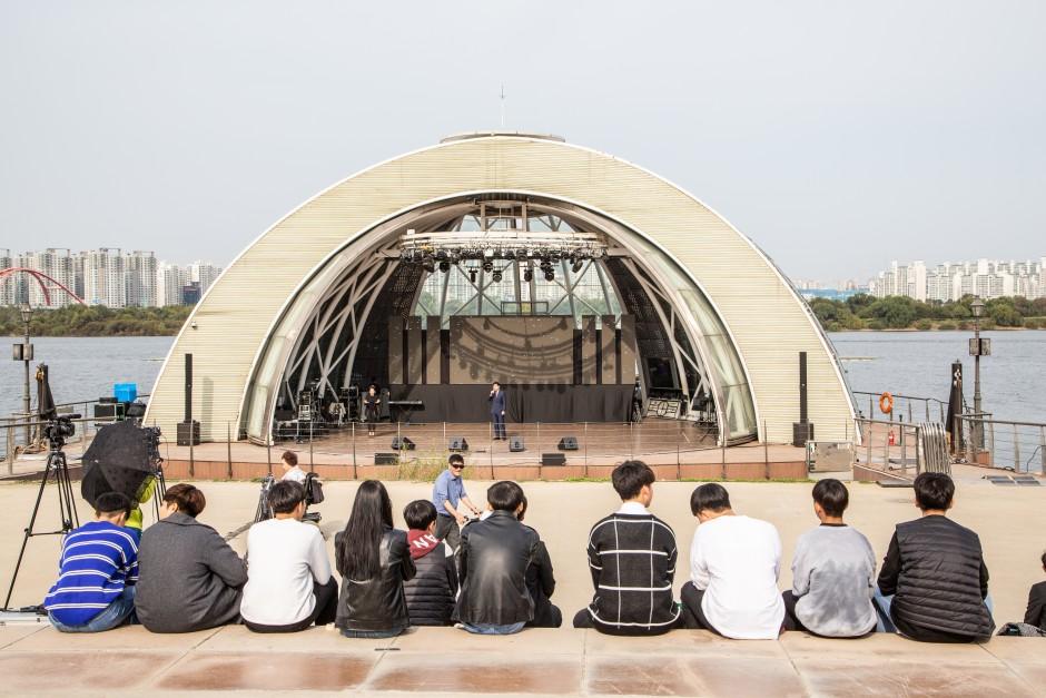 2019 장애인문화예술축제 A+ Festival 공연사진을 관람중인 관객 사진