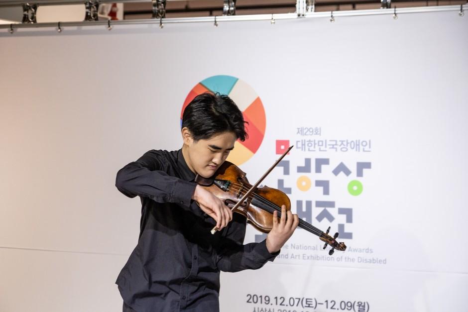 바이올린을 연주하고 있는 참가자의 모습