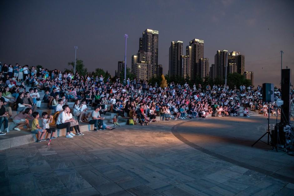 'Dispecial in 세비치아'의 공연을 관람하고 있는 관객들의 사진